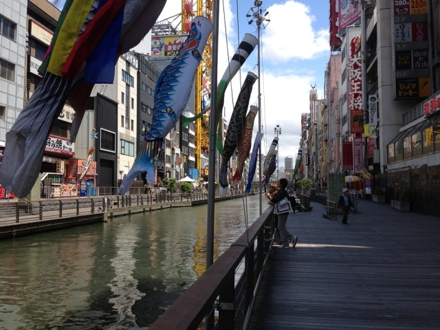 The promenade (about 150 meters long) along Dotonbori river has a relaxing atmosphere.  You can enjoy a nice breeze a little away from the hustle and busle of the area.